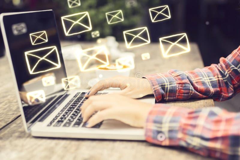 Emailbegrepp med händer för bärbar datorang-flicka