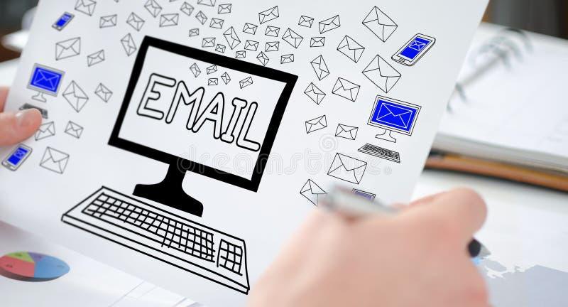 Emailbegrepp på ett papper arkivfoton