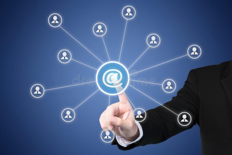 Emailen Sie Konzepte des Marketings, des Newsletters und der Postwurfsendung Geschäftsmann stockbild