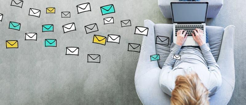Emails med mannen som använder en bärbar dator arkivbilder