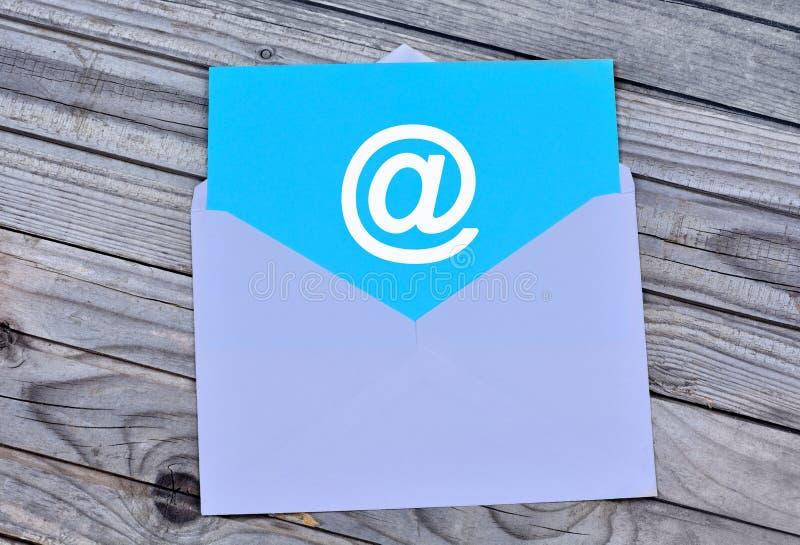 Emailsymbol i det vita kuvertet royaltyfria foton