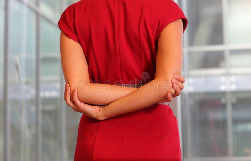 Emale in rode kleding het uitrekken zich wapens royalty-vrije stock afbeelding