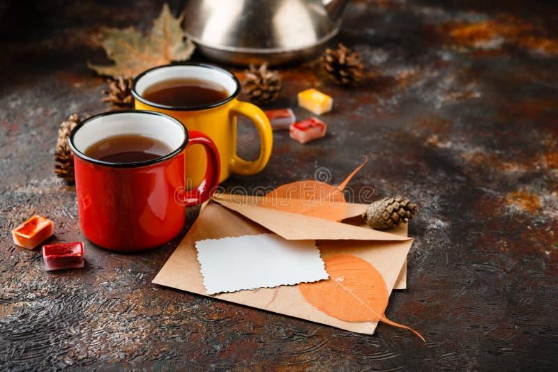 Emaliująca filiżanka gorąca herbata zdjęcie stock