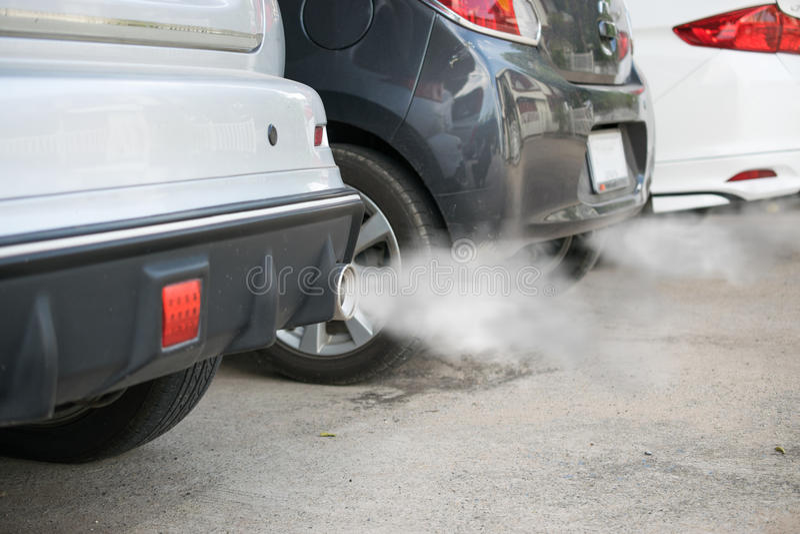 Emanações da combustão que saem da tubulação de exaustão do carro foto de stock royalty free