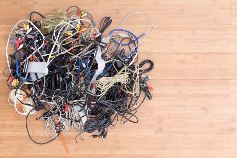 Emaranhado desarrumado de cabos bondes e de conectores velhos fotos de stock