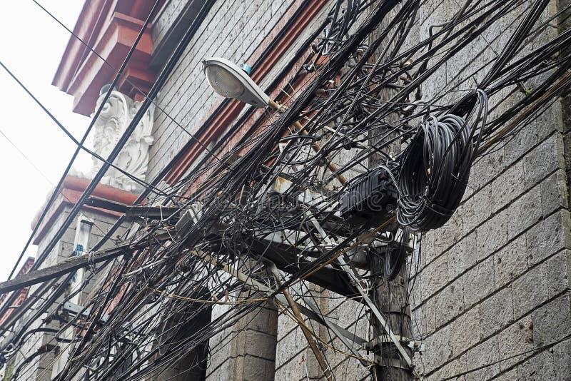 Emaranhado dos cabos e dos fios em Manila, Filipinas foto de stock royalty free