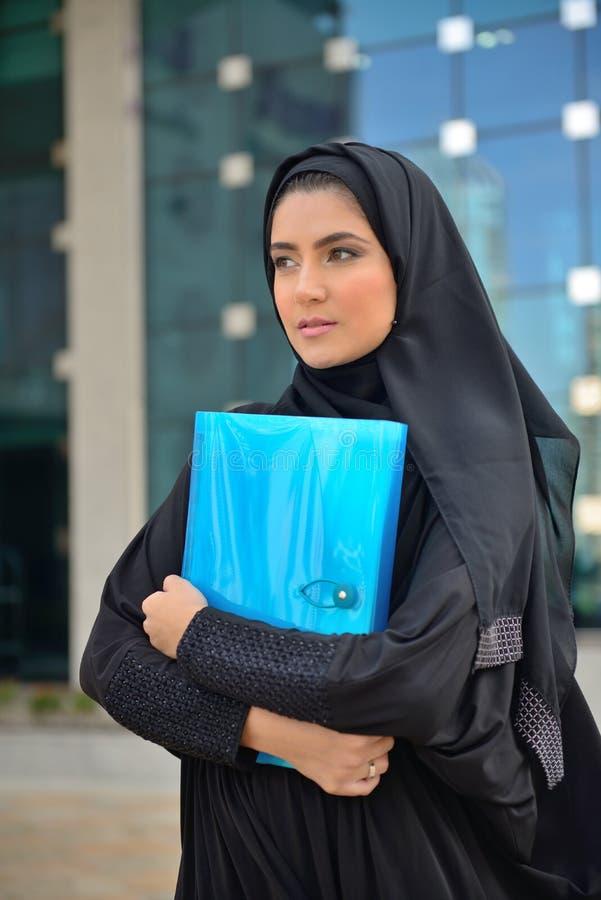 Emarati阿拉伯女商人在办公室外 库存照片