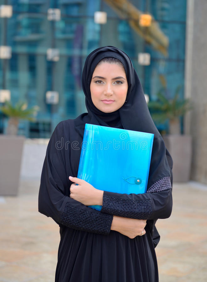 Emarati阿拉伯女商人在办公室外 免版税库存图片