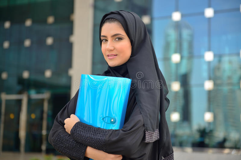 Emarati阿拉伯女商人在办公室外 免版税库存照片