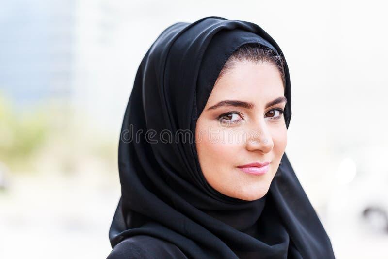 Emarati Arabska Biznesowa kobieta na zewnątrz biura zdjęcia royalty free