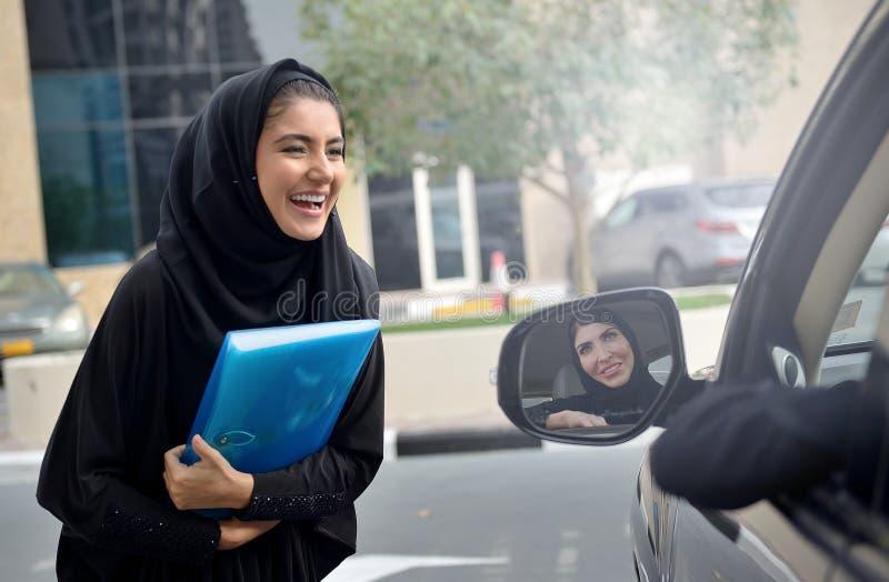 Emarati Arabskie Biznesowe kobiety dostaje w samochód zdjęcia royalty free
