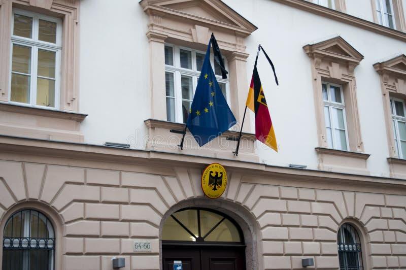 Embaixada alemão de Budapest, bandeiras após o ataque de Berlim imagens de stock