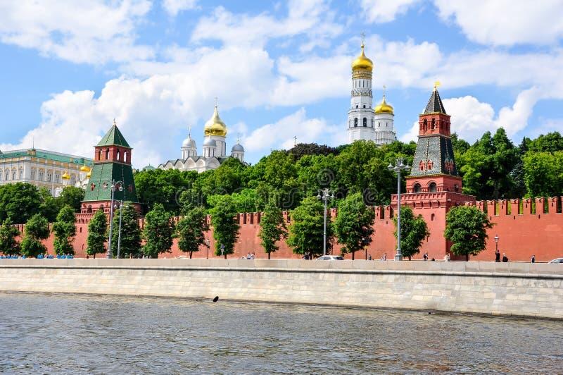 Embaixamento do Kremlin em Moscou, com o Kremlin visto do rio Moscou imagens de stock