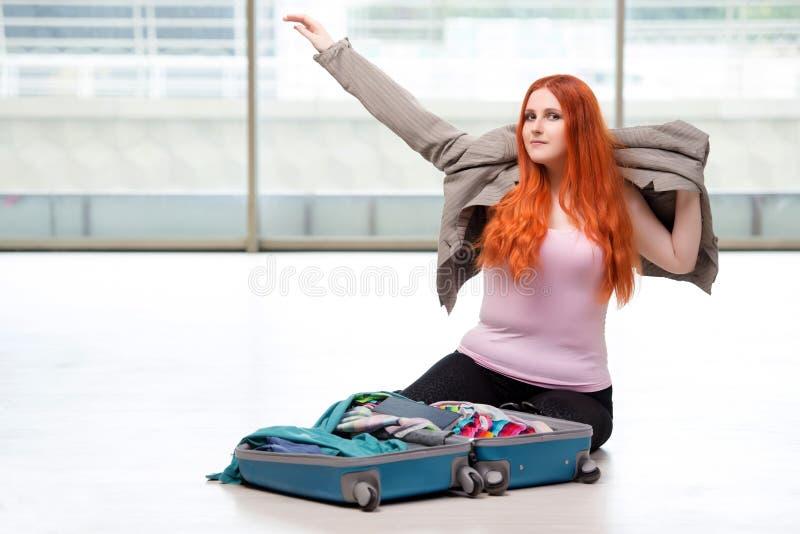 A embalagem da jovem mulher para férias do curso foto de stock