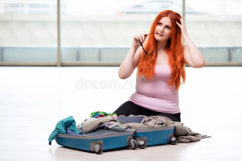 A embalagem da jovem mulher para férias do curso foto de stock royalty free
