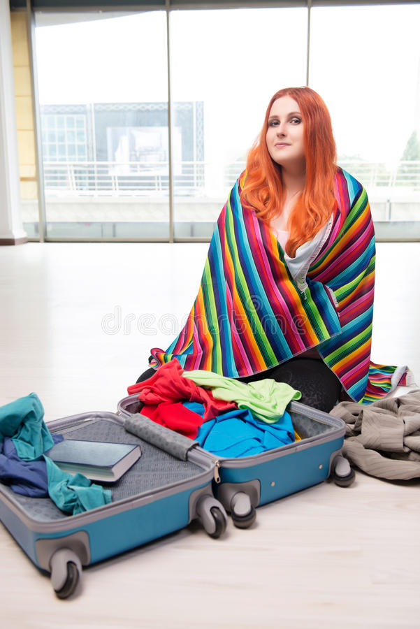 A embalagem da jovem mulher para férias do curso fotografia de stock
