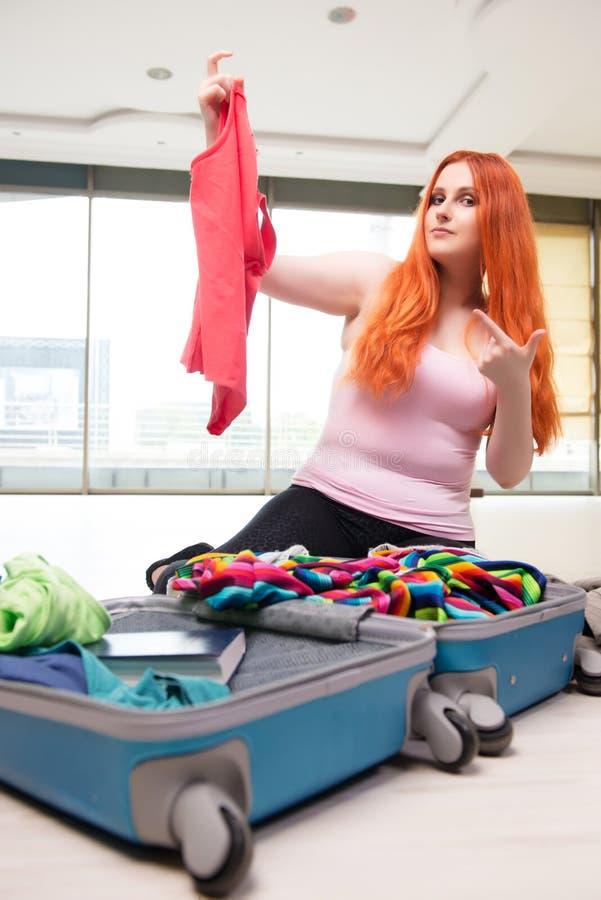 A embalagem da jovem mulher para férias do curso imagens de stock