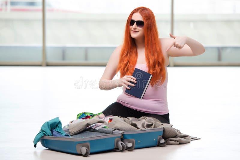 A embalagem da jovem mulher para férias do curso imagem de stock