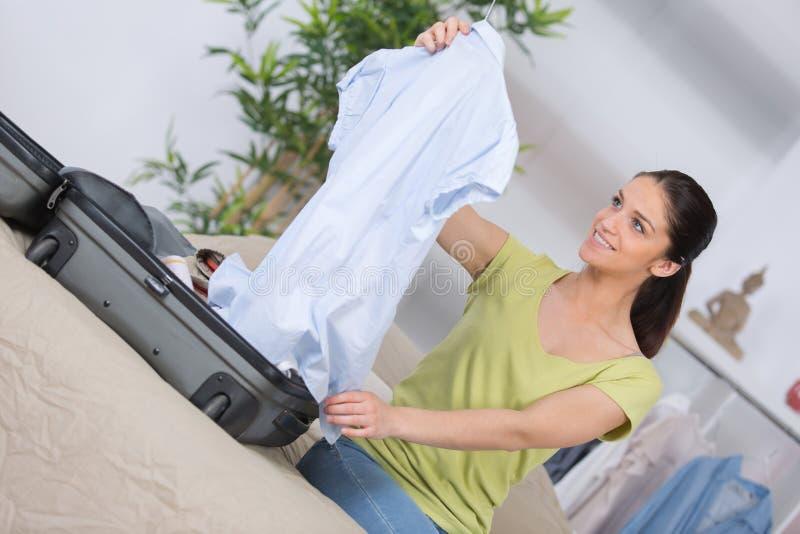 A embalagem da mulher veste-se no saco do curso foto de stock royalty free