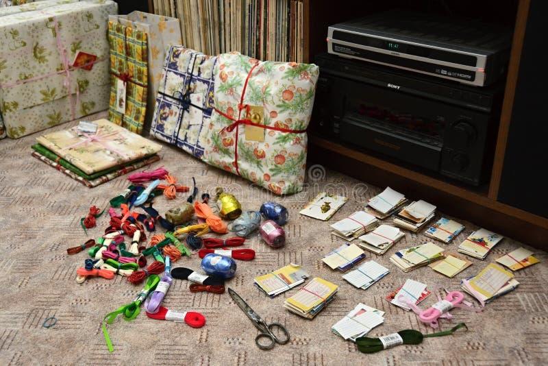 Embalagem de presentes do Natal - fitas e etiquetas do nome imagem de stock royalty free