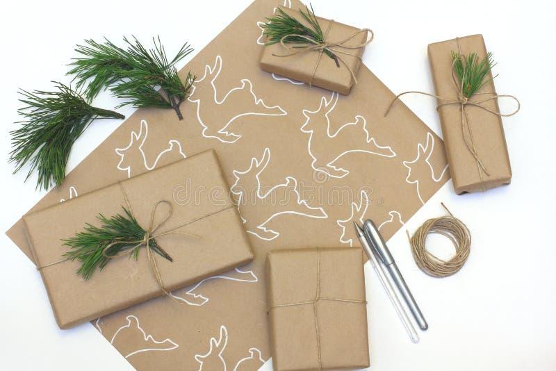 Embalagem de presentes no estilo ecológico Papel Kraft com fotografia de um veado pintado de invólucro branco imagem de stock royalty free