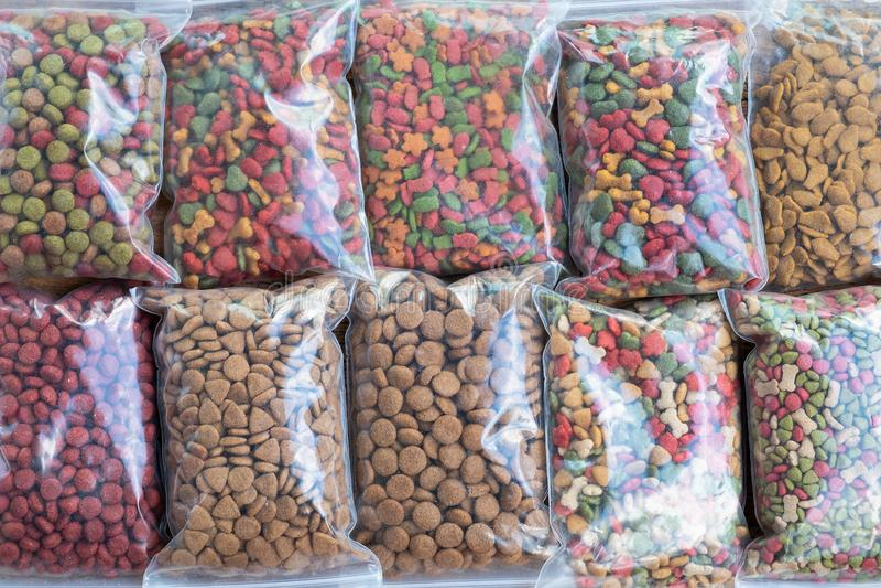 Embalagem do alimento para cães no saco de plástico para a venda, comida de gato para a venda em s imagem de stock