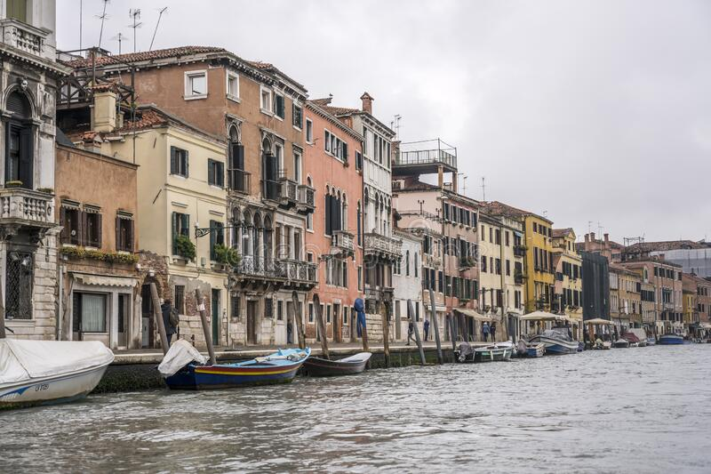 Embalagens e barcos no canal histórico, Veneza, Itália fotos de stock royalty free