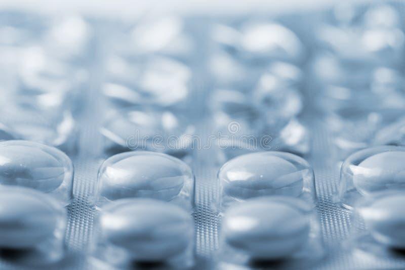 Embalaje de aceite para comprimidos en tono azul imágenes de archivo libres de regalías