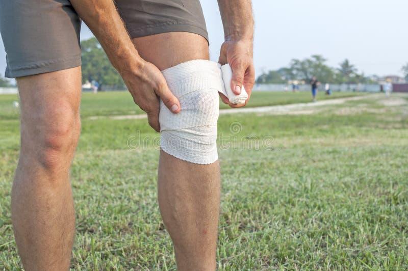 Embalaje de la lesión de rodilla fotos de archivo