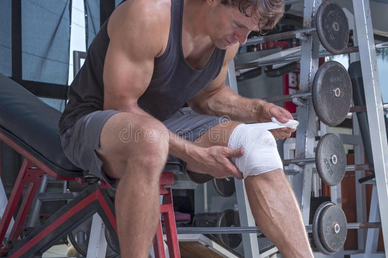 Embalaje de la lesión de rodilla foto de archivo
