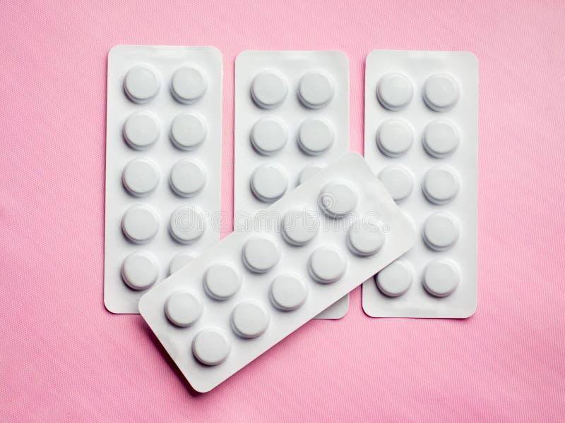 Embalaje de las tabletas blancas, tratamiento de enfermedades, venta de tabletas foto de archivo libre de regalías
