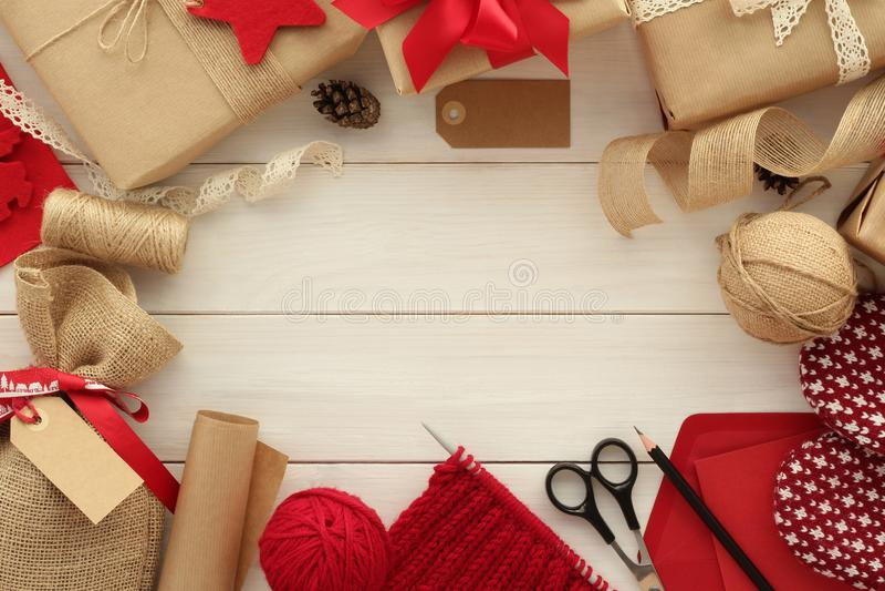 Embalaje de los regalos para la Navidad fotos de archivo libres de regalías