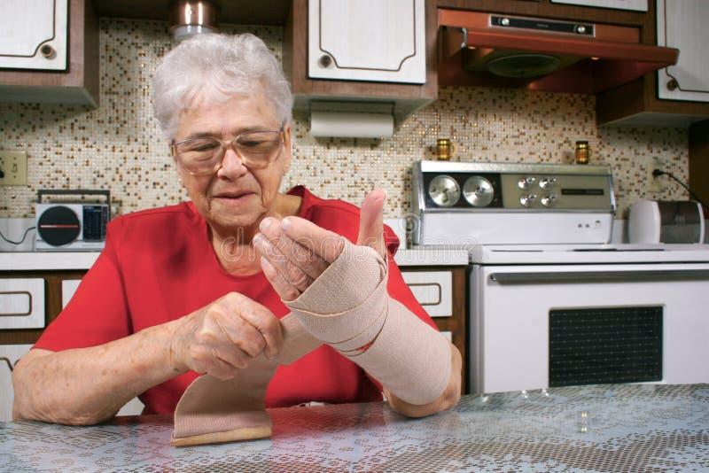 Embalaje del brazo con el vendaje imagenes de archivo