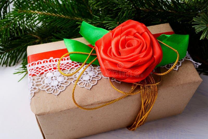Embalaje del papel de Kraft de la Navidad presente con la cinta y el ro de oro imagen de archivo
