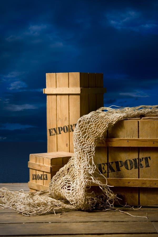 Embalajes de madera pila de discos para la exportación en muelle foto de archivo libre de regalías