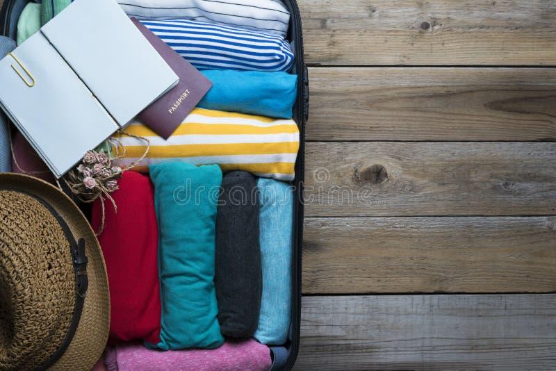 Embalando uma bagagem para uma viagem nova fotos de stock