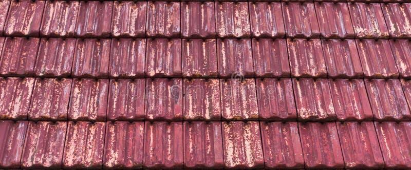Embaldosado de piedra clásico coloreado rojo resistido y viejo con colores descolorados de la salida, fondo del tejado del modelo fotografía de archivo libre de regalías