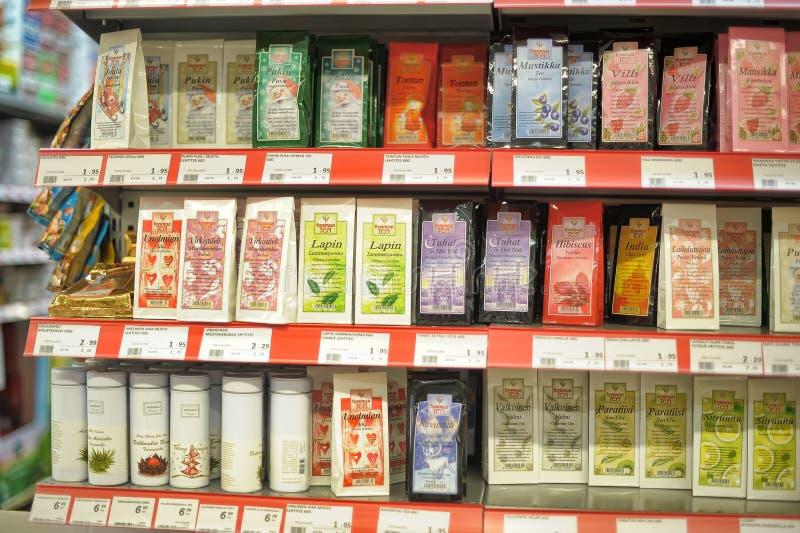 Emballage av te på supermarkethyllor arkivfoto