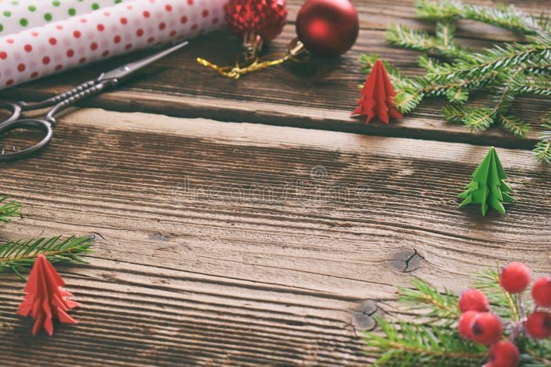 Emballage cadeau Composition en Noël avec la boîte actuelle, le papier d'emballage, la décoration de fête et la branche d'arbre d images stock