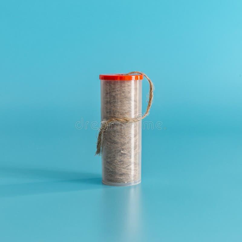 Emballage d'un joint de toile de fil de plombiers sur un fond bleu Concept minimal photo stock