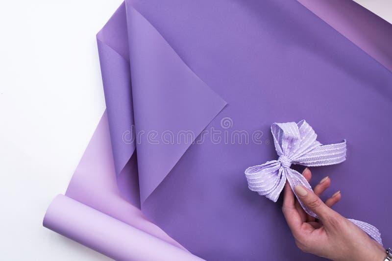 Emballage de papier floral avec un arc d?coratif pour prendre des compositions florales photographie stock libre de droits