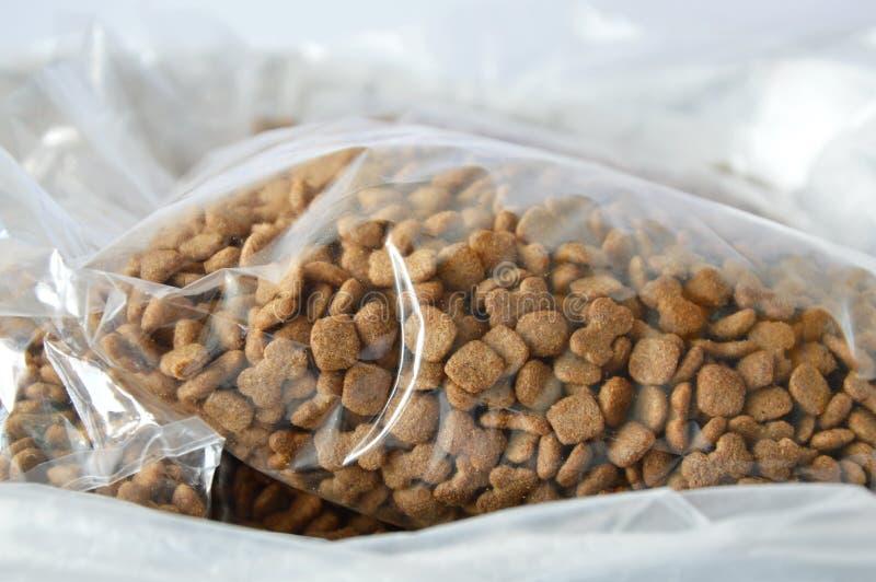 Emballage de sachet en plastique d'aliments pour chiens à vendre dans le magasin de bêtes photos libres de droits