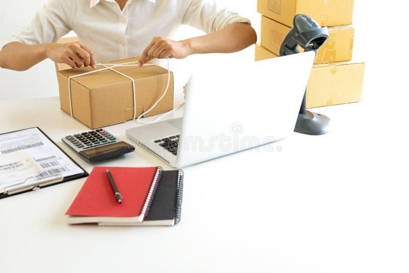 Emballage de service de distribution et de travail de travailleur de petite entreprise photographie stock