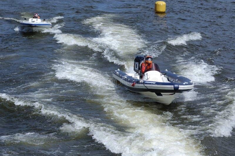 Emballage des canots automobiles sur le fleuve photo libre de droits