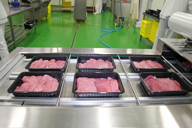 Emballage des tranches de viande dans des boîtes photo libre de droits