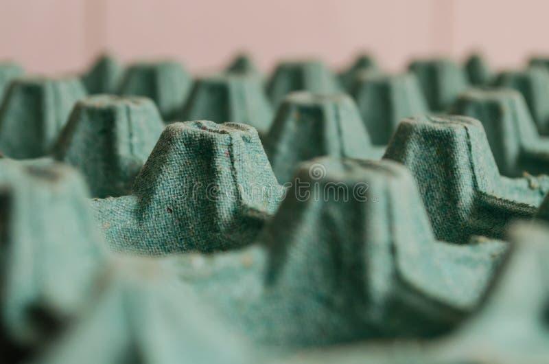 Emballage vide ouvert de vert d'oeufs formant un modèle avec des trous et des altitudes images stock