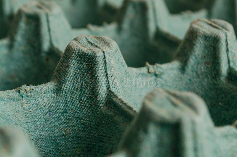 Emballage vide ouvert de vert d'oeufs formant un modèle avec des trous et des altitudes dans une macro vue image stock