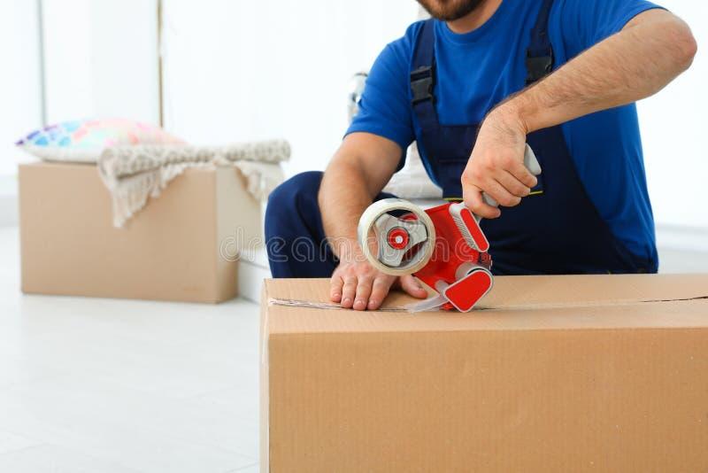 Emballageask för ung arbetare i rum, closeup royaltyfria foton