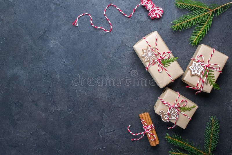 Emballagejulgåvor Julgåvaaskar och garneringar, sörjer filialer på den mörka tabellen Gåva som dekoreras med naturliga delar arkivbild