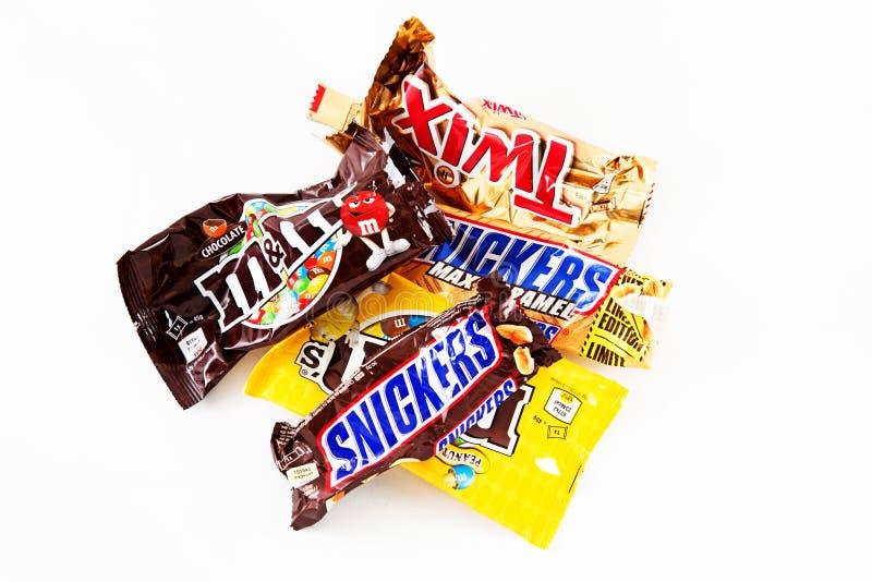 Emballages vides de barres de bonbons au chocolat photographie stock